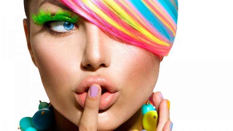 immagine di una bella ragazza curiosa con capelli multicolore