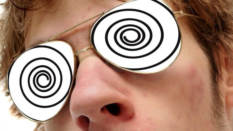 ragazzo con occhiali ipnotici