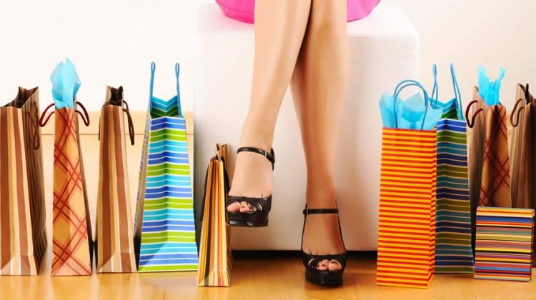 gambe di donna e borse dello shopping