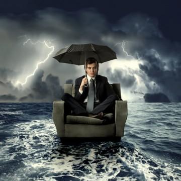 imprenditore o manager che va alla deriva verso la tempesta